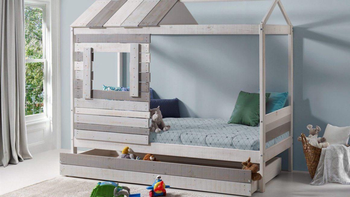 lit au sol qui s'est transformé en lit cabane enfant