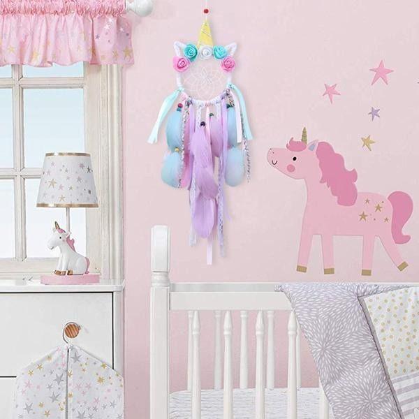 Chambre bébé aux motifs licorne comme premier cadeau