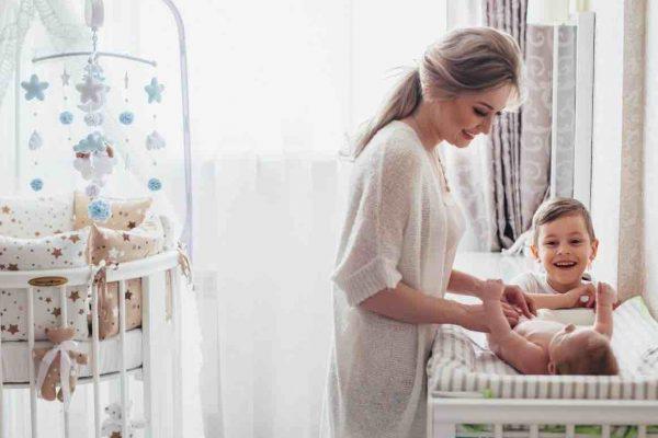 Les avantages d'une table à langer murale pour bébé